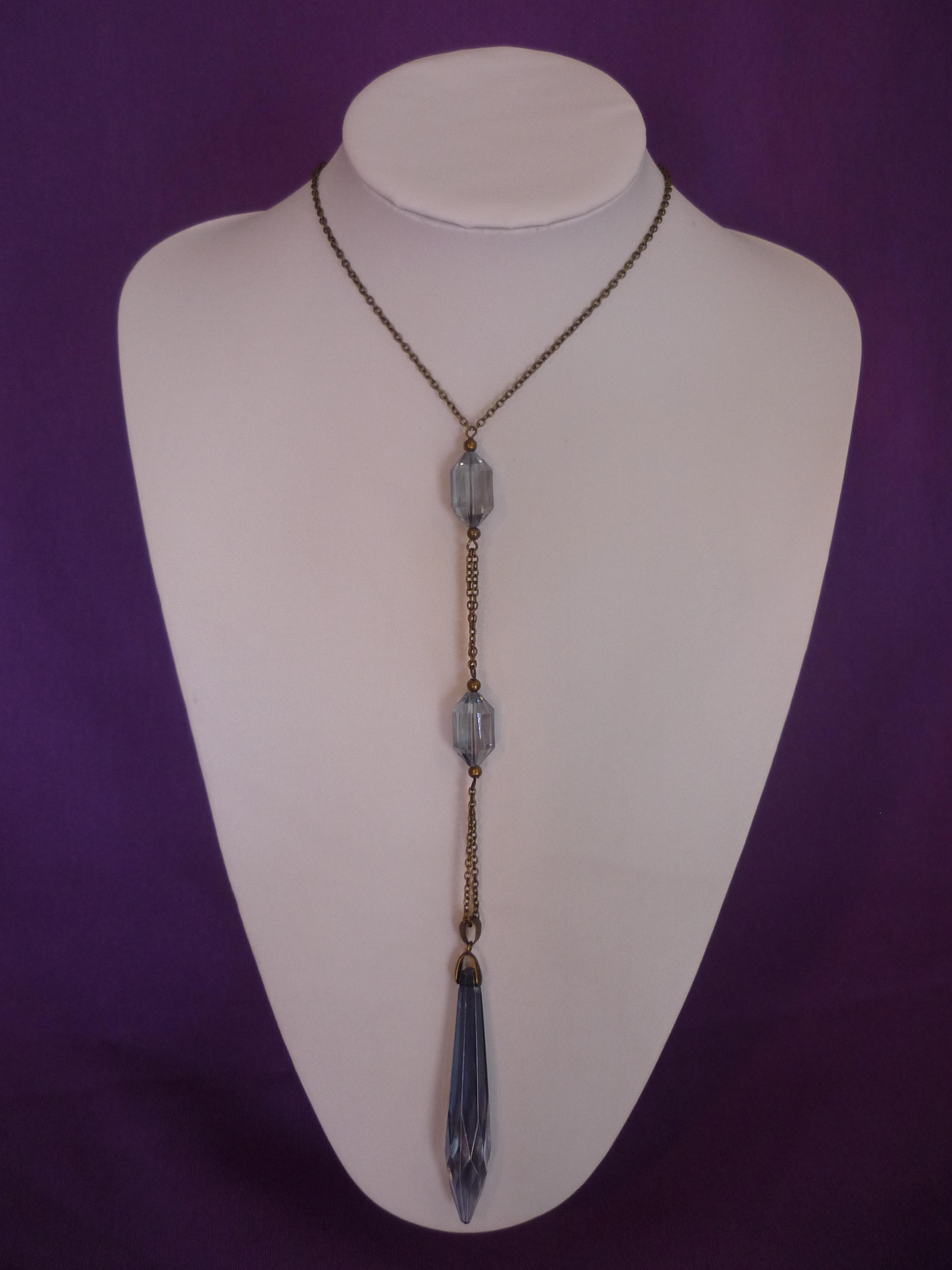 El modelo a destacar esta semana se adelanta como un visionario a las tendencias de los collares largos y la joyería hecha con cristal.