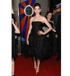 Anne Hathaway Oscar de la Renta LBD