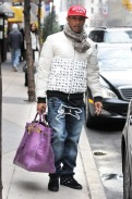 Pharrell Williams mit großer lila Tasche